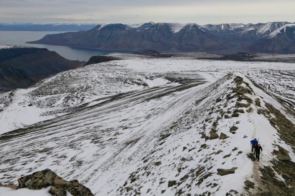 Trail up the narrow ridge to Trollsteinen summit
